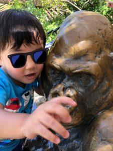 【2019年】上野動物園に2歳の双子連れで遊びに行ってきました | ゴリラの銅像