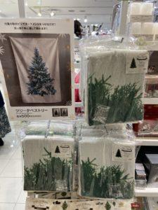 スリーコインズ クリスマスツリー タペストリー 500円 ワンコイン