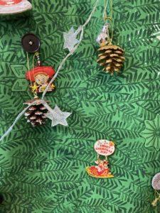 クリスマスタペストリーにピンバッチ ディズニーランド