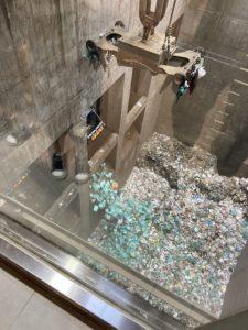 ゴミ収集車が中身を吐き出している様子